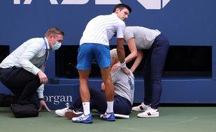 Novak Djokovic auprès de la juge de ligne