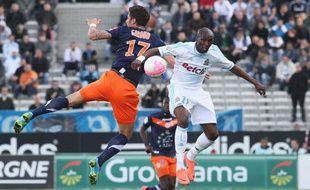 Olivier Giroud, au duel avec Stéphane Mbia, le 11 avril 2012