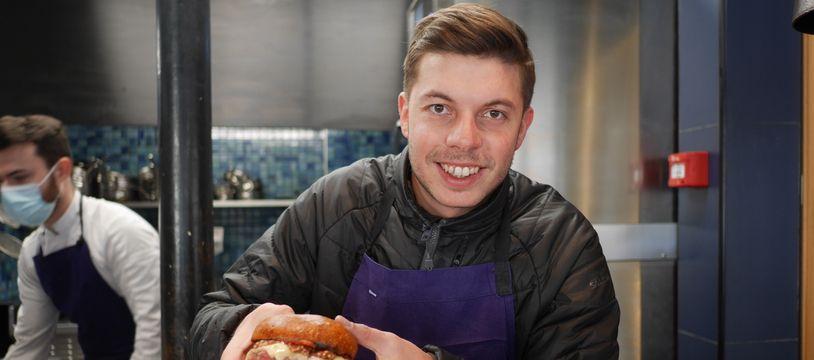Matthias Marc prépare un burger dans son restaurant Substance, le 9 mars 2021 à Paris