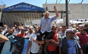 Des centaines de Bernères réunis lors d'une manifestation dans le sud de Ghardaïa où 22 pays personnes ont été tués dans de violents affrontements.