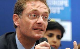 """L'eurodéputé Philippe Juvin, secrétaire national de l'UMP, a dénoncé mercredi ce qu'il qualifie d'""""attentisme"""" qui devient """"criminel"""" du président François Hollande dans la crise syrienne, estimant qu'il ne peut """"faire moins"""" que Nicolas Sarkozy en Libye."""