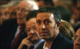 """François Bayrou a mis sur orbite jeudi son Mouvement démocrate, """"force politique nouvelle, indépendante"""", en affirmant sa volonté de """"résister"""" aux """"pressions"""" qui expliquent selon lui les ralliements de la plupart des députés centristes à Nicolas Sarkozy."""