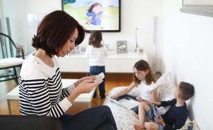Illustration: télévision et smartphone dans un foyer français.