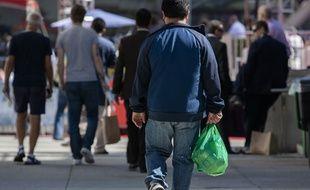 Illustration d'un homme tenant un sac plastique.