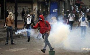 Des Manifestants antigouvernementaux affrontent la police dans les rues de Caracas, le 16 mars 2014
