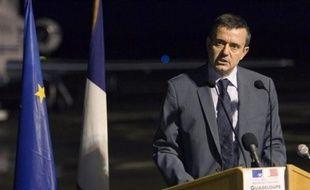 Deux escadrons de gendarmes mobiles vont être envoyés en renfort en Martinique où la grève générale s'installait mercredi dans son septième jour, tandis que la Guadeloupe, paralysée depuis 22 jours, a accueilli à nouveau le ministre Yves Jégo.