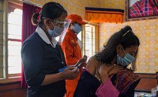 Une dose de vaccin injectée à Thimphou au Bhoutan, le 27 mars 2021.