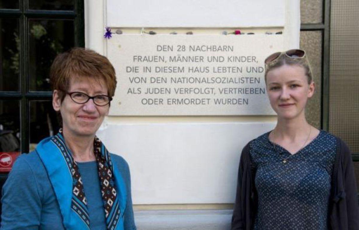 """""""Que s'est-il passé dans notre appartement il y a 70 ans""""? Des Berlinois sont partis à la recherche des anciens locataires juifs de leur immeuble, déportés sous le IIIe Reich, pour que ces victimes des nazis ne soient pas oubliées. – John Macdougall afp.com"""