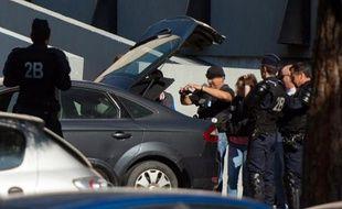 Des policiers français enquêtent à La Castellane, à Marseille, le 15 juin 2015