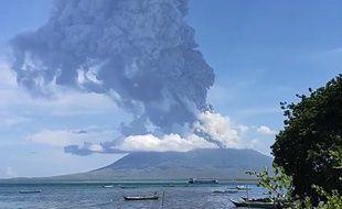 Le volcan Lewotolok en éruption, le 29 novembre2020.