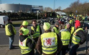 Des «gilets jaunes» devant le siège d'Amazon à Toulouse, samedi 16 février.