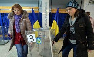Installation d'une urne dans un bureau de vote le 25 octobre 2014 à Kramatorsk dans l'est de l'Ukraine