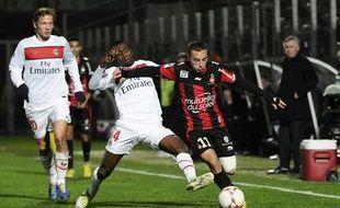 L'attaquant niçois, Eric Bauthéac, devant le Parisien Blaise Matuidi, lors de la victoire de Nice contre le PSG en Ligue 1, le 1er décembre 2012.