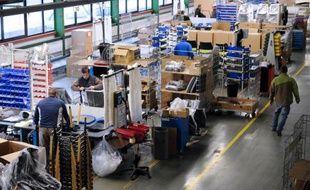 Des employés au travail dans une fabrique de meubles