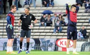 Jérôme Prior (à d.) au cours d'un échauffement en compagnie de Cédric Carrasso (à g.), le gardien titulaire des Girondins et de Franck Mantaux (au c.), l'entraîneur des gardiens.