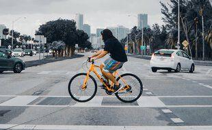 Les citadins qui utilisent le vélo pour un seul déplacement par jour réduisent leur empreinte carbone d'environ une demi-tonne de CO2/an