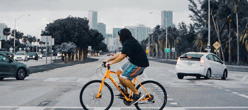 Photo d'illustration d'une personne à vélo.