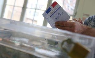 Une urne et une carte électorale.