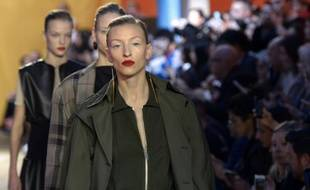 Des mannequins présentent des créations de la maison Céline lors des défilés des collections printemps/été 2016 de la Fashion-Week, le 4 octobre 2015, à Paris