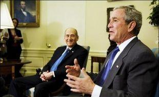 """""""Lors de ma dernière rencontre avec le président des Etats-Unis (le 19 juin), nous sommes tombés d'accord pour que l'aide (américaine) s'élève à 30 milliards de dollars durant les dix prochaines années, ce qui se traduira par trois milliards de dollars par an, à partir de l'an prochain"""", a affirmé M. Olmert à l'ouverture du conseil hebdomadaire des ministres à Jérusalem."""