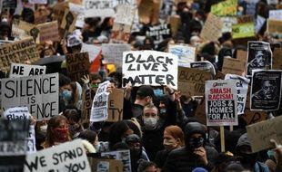 Des milliers de manifestants à Londres ont battu le pavé pour dénoncer les violences policières, samedi 6 juin 2020.