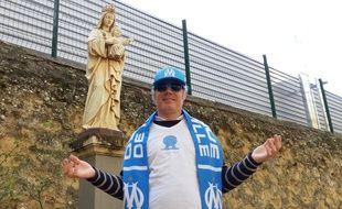 En guise d'étole, le curé de l'OM porte évidemment une écharpe de supporters.