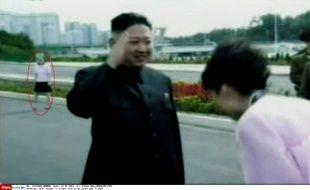 La jeune femme encerclée de rouge derrière le dictateur serait sa soeur Kim Yo-Jong. Photo du 21 juillet 2013.
