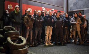 Des surveillants pénitentiaires bloquent l'accès à la prison de Nantes