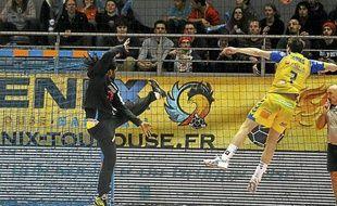 Le gardien du Fenix Toulouse Handball Wesley Pardin s'oppose à Alexandre Tomas, de Saint-Raphaël, lors d'un match de D1, le 13 mars 2013 à Toulouse.