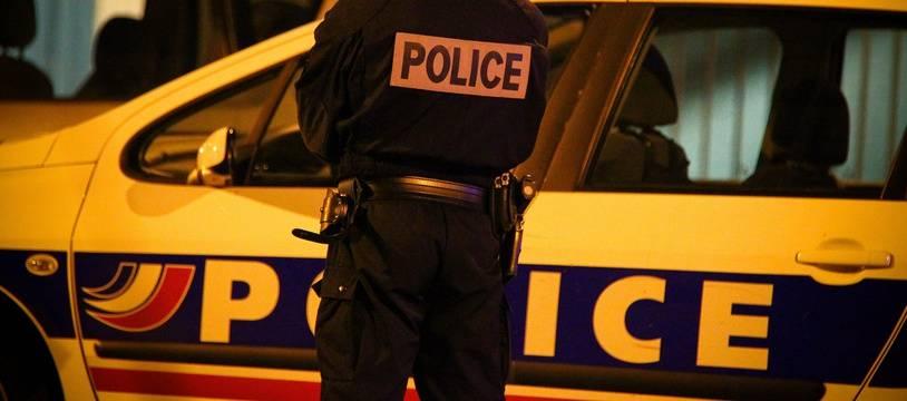 Un policier à Toulouse, de nuit. Illustration.