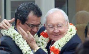 L'ancien président de la Polynésie française, Gaston Flosse félicite son successeur, Edouard Fritch, le 12 septembre 2014, jour de son élection