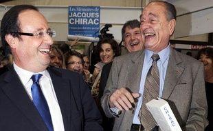 François Hollande et Jacques Chirac se dédicacent leur ouvrage respectif à la Foire du Livre de Brive, samedi 7 novembre 2009.