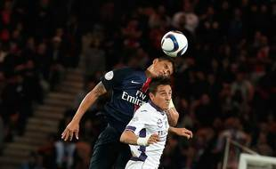 Le Toulousain Oscar Trejo dominé de la tête par le Parisien Thiago Silva lors du match de Ligue 1 entre le PSG et le TFC, le 7 novembre 2015 au Parc des Princes.