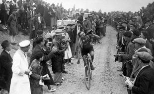 Un coup de bière pour le cycliste français Georges Speicher, dans le col de l'Aubisque, lors de la 27e édition du Tour de France en 1933.