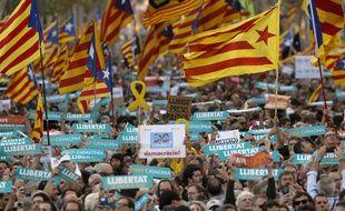 Quelque 450.000 Catalans, selon la police municipale, ont manifesté samedi 21 octobre 2017 dans le centre-ville de Barcelone pour réclamer l'indépendance de leur région.