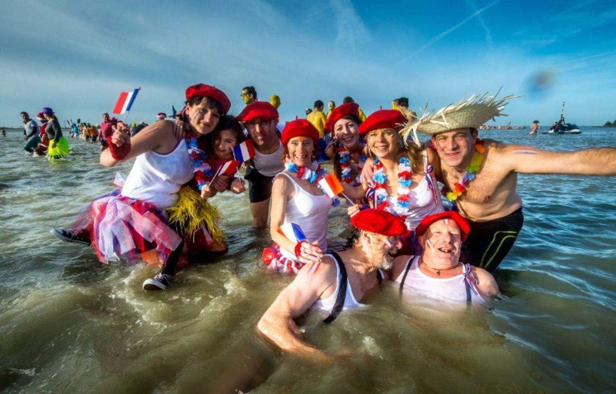Les courageux baigneurs à Malo-Les-Bains le 1/1/16. – PHILIPPE HUGUEN / AFP