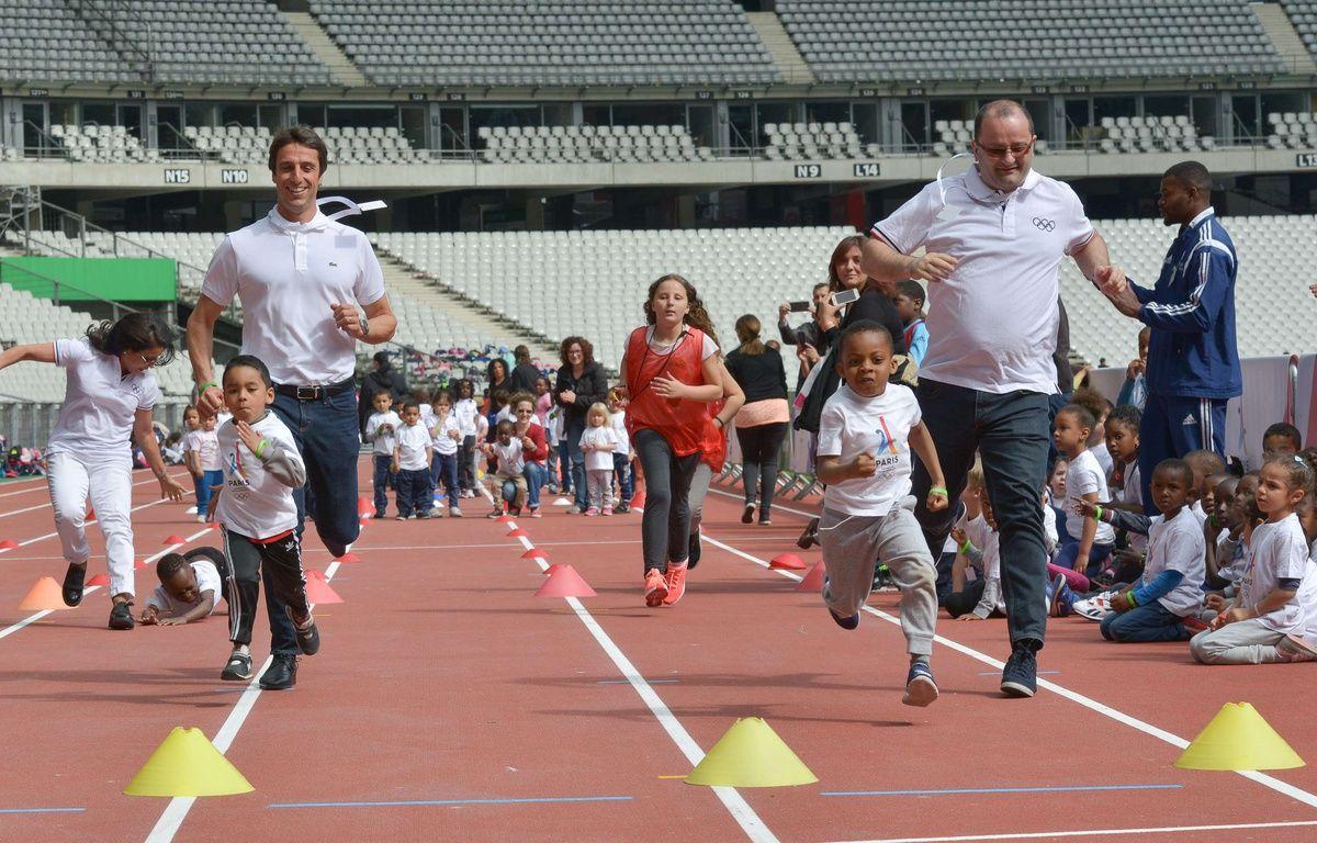 Patrick Baumann (à droite) et Tony estanguet font la course avec des enfants, lors de la visite du CIO au Stade de France, le 15 mai 2017.  – ISA HARSIN/SIPA