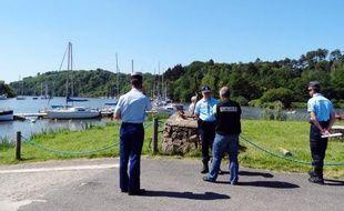 Des gendarmes le 13 juin 2014 au Port de Foleux, près de Béganne, site où un jeune homme de 19 ans est mort noyé jeudi soir