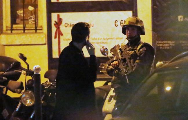 Un soldat près du Bataclan à Paris, après l'attentat qui a touché la salle de spectacle, le 13 novembre 2015