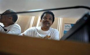 """Le leader du LKP en Guadeloupe, Elie Domota, a affirmé que l'accord signé dans la nuit de jeudi à vendredi avec une partie minoritaire du patronat était """"un premier pas"""" qu'il entendait étendre à l'ensemble des salariés mais n'a pas appelé à la fin de la grève générale."""