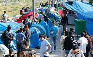 Des réfugiés dans un camp de fortune le 27 mai 2016 à Paris