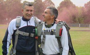 Eric Ferand (à gauche) et son accompagnateur à leur arrivée du saut en parachute.