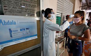 Une femme s'apprête à être vaccinée avec Abdala, le candidat-vaccin contre le Covid-19 mis au point par Cuba, lors d'un essai clinique, le 14 mai 2021.