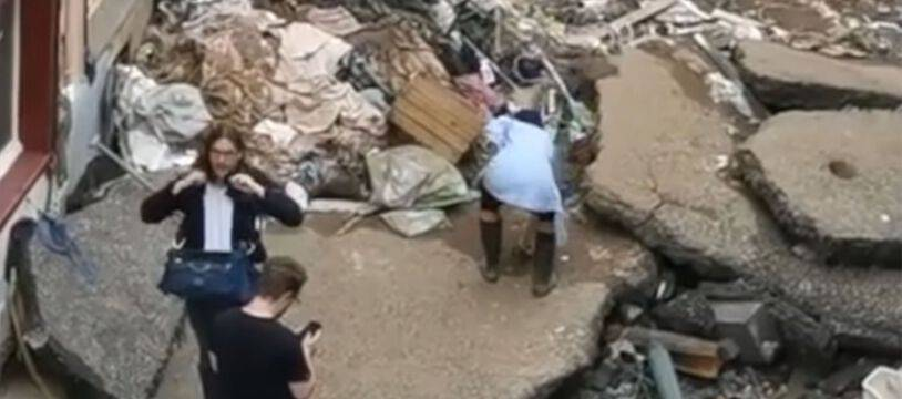 Susanna Ohlen se penche pour récupérer de la boue en Allemagne