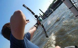 Il peut paraître difficile à première vue d'abattre un poisson en plein vol avec un arc et un harpon. Mais pas quand il s'agit d'énormes carpes et qu'elles sont si nombreuses que celle qu'on finit par atteindre n'est pas forcément celle que l'on visait.