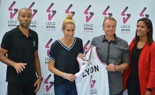 Tony Parker, Paoline Salagnac, Valéry Demory et Marie-Sophie Obama, le 2 octobre lors de la présentation du nouveau maillot de Lyon Asvel Féminin.