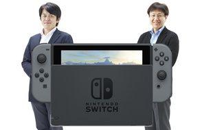 Shinya Takahashi (à droite) et Yoshiaki Koizumi (à gauche), respectivement directeur général et directeur général adjoint de la division développement (jeux et console) chez Nintendo. Deux des hommes qui ont participé à la création de la Switch.