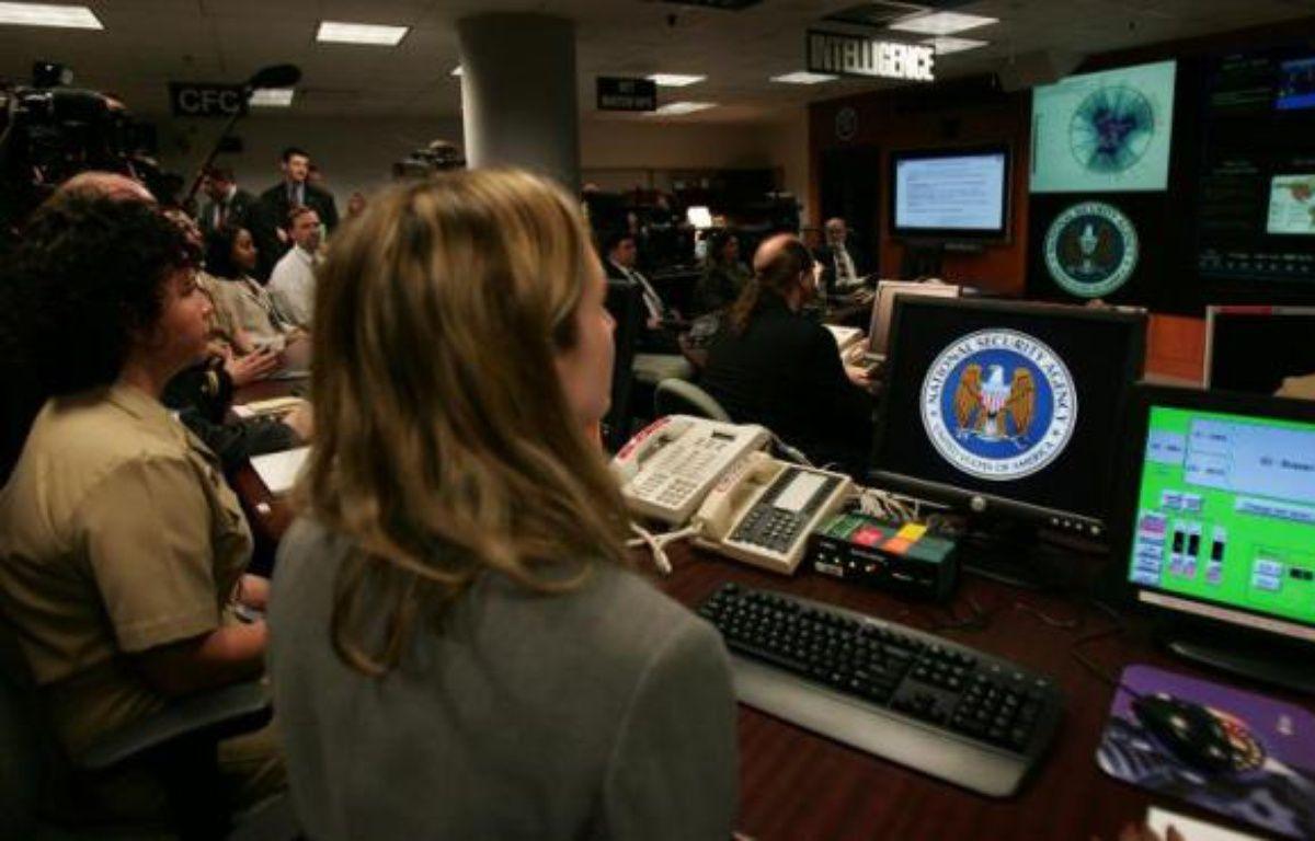 Des experts à leur poste au Centre d'opérations des menaces à l'agence américaine de renseignement NSA le 25 janvier 2006 à Fort Mead, dans le Maryland – Paul J. Richards AFP