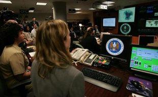 Des experts à leur poste au Centre d'opérations des menaces à l'agence américaine de renseignement NSA le 25 janvier 2006 à Fort Mead, dans le Maryland