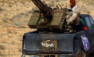 Un combattant de Fajr Libya lors d'affrontements avec les forces loyalistes libyennes à Tripoli le 5 janvier 2015